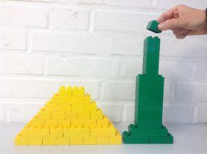 Modell Cheopspyramide und Dubaiturm im Höhenvergleich Maßstab